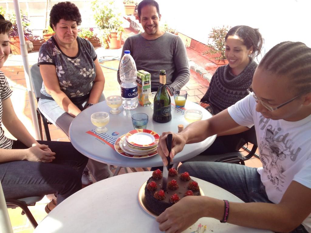 Sébastien vient d'apprendre la façon porteña de couper un gâteau d'anniversaire. Elle est tout à son avantage !