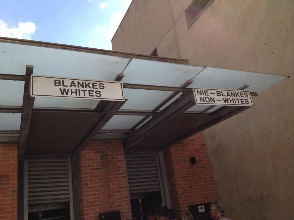 """Pour entrer dans le musée, une porte pour les """"Blancs"""" et une porte pour les """"Non blancs"""". ça donne le ton !"""