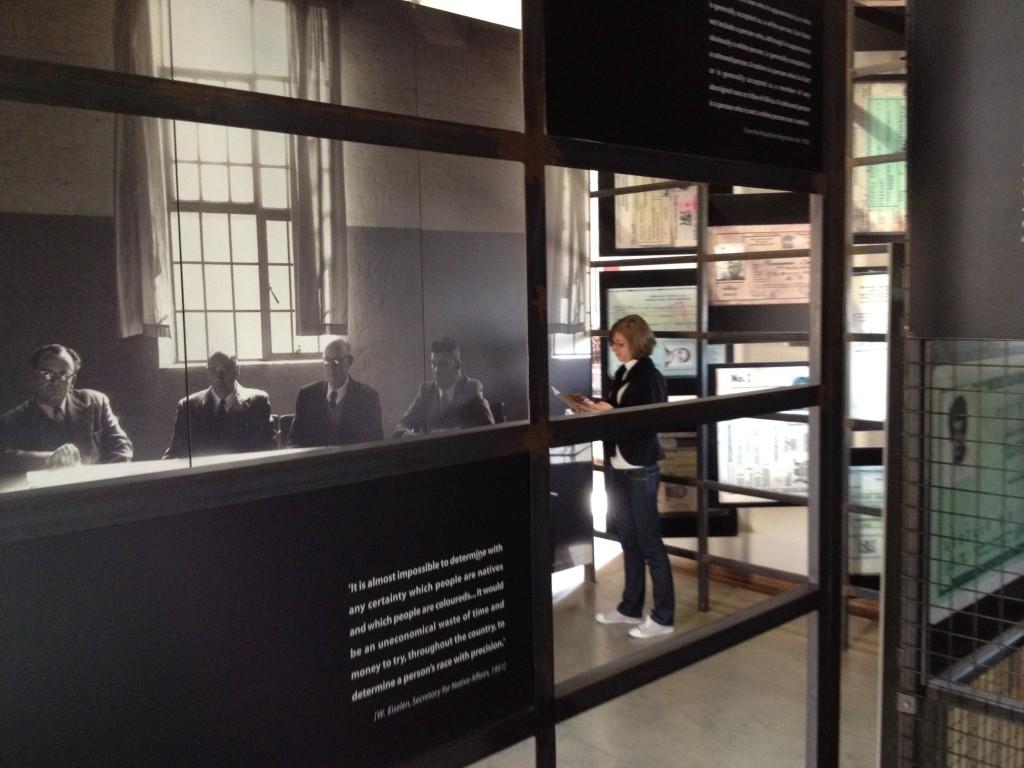 Dès l'entrée dans le musée, la séparation des visiteurs en 2 groupes (au hasard) donne le ton !