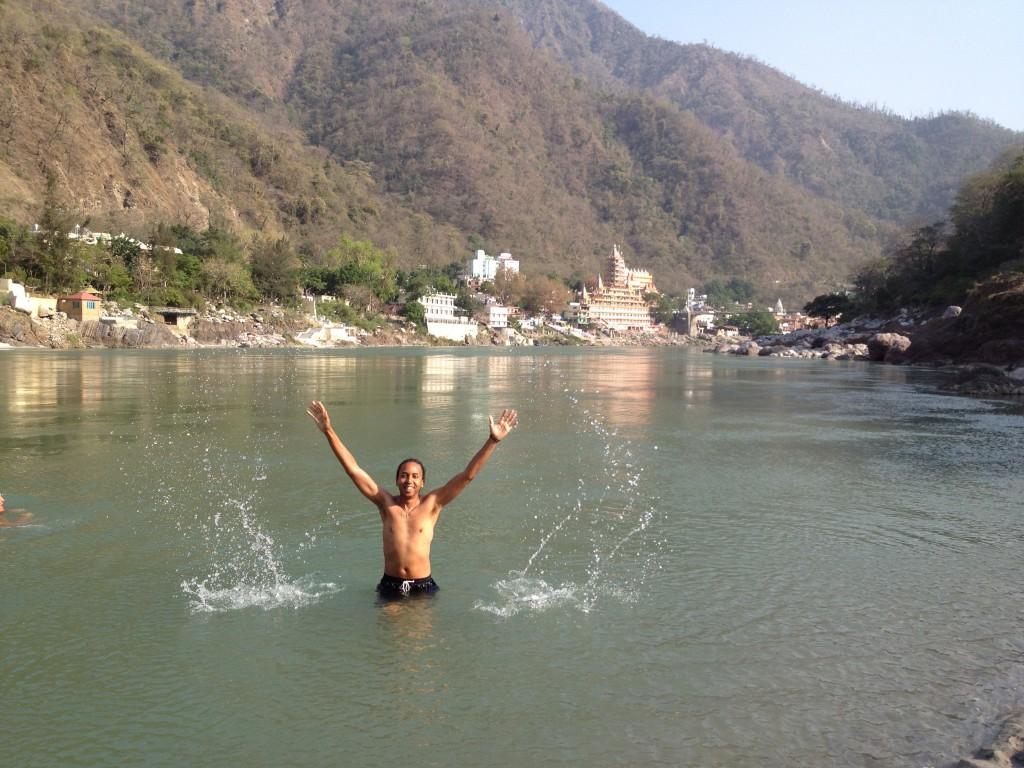 Baignade rafraîchissante dans le Gange