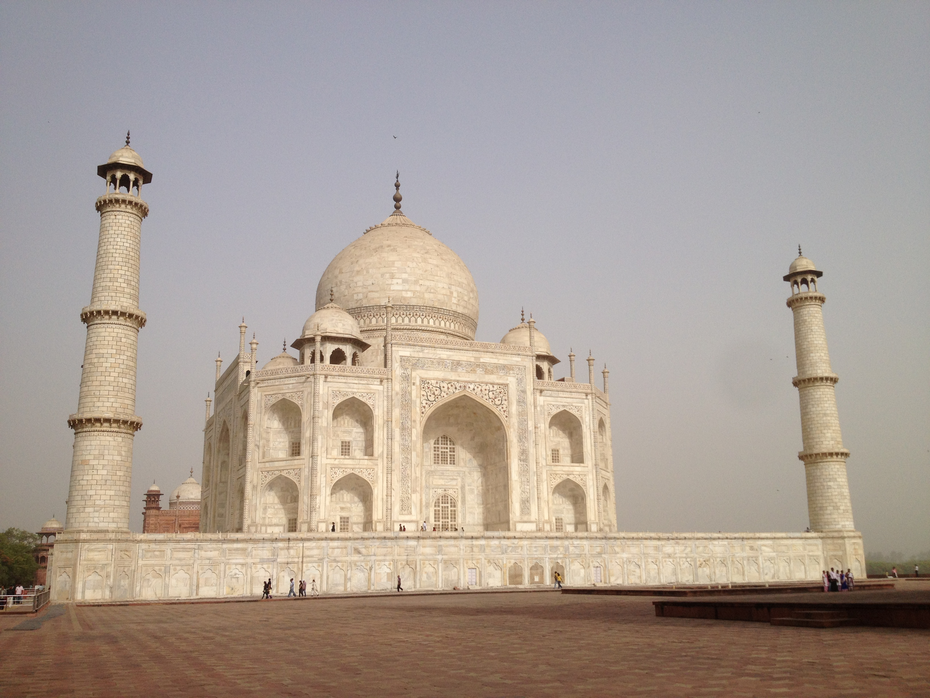 Taj Mahal, vue de profil, face au soleil levant
