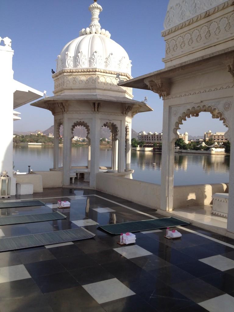 Terrasse aménagée pour les séances de yoga