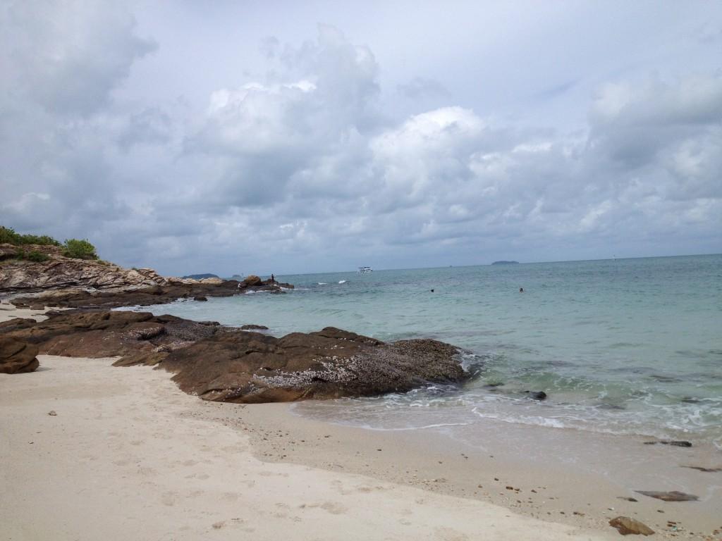Baignade et bain de soleil sur cette jolie petite plage de Koh Samet