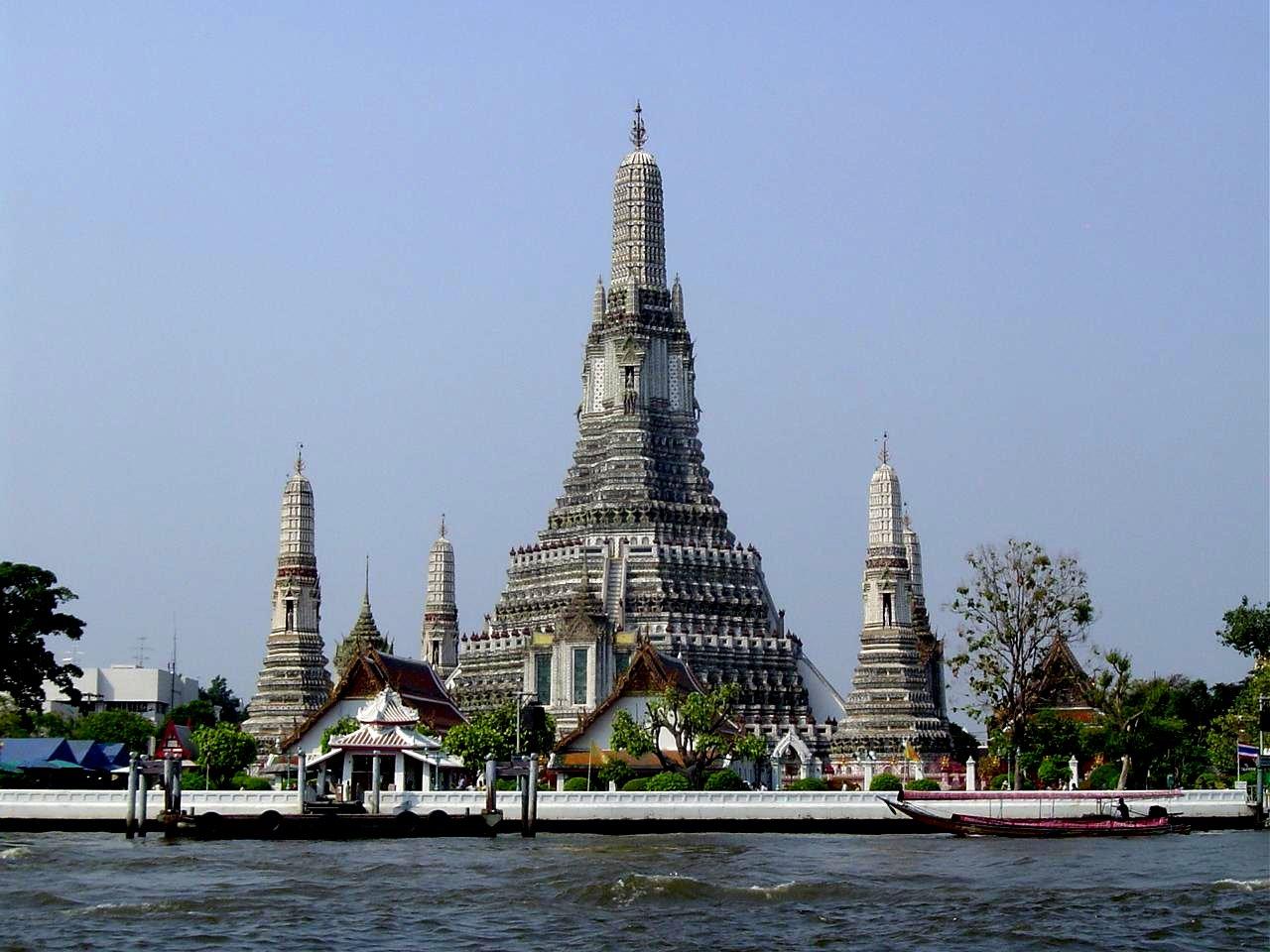 Temple Wat Arun qu'on ne visite pas de l'intérieur mais qu'on escalade !